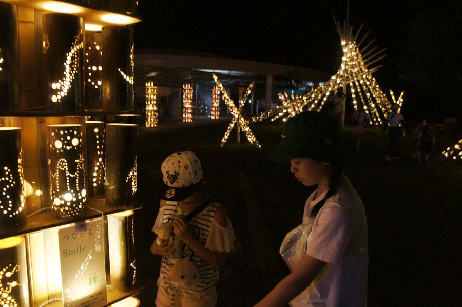 『竹あかり』の光の回廊を楽しむゲストの様子(8月9日・アドベンチャーワールド)