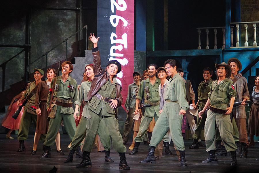 反政府軍が勝利への道を突き進む高揚感に満ちた場面は、ダイナミックな群舞とコーラスで表現
