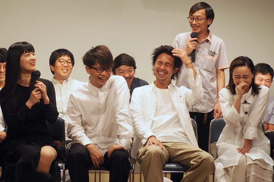 劇団員らと談笑する客演の俳優ら。前列左より祷キララ、亀島一徳、金丸慎太郎、日下七海