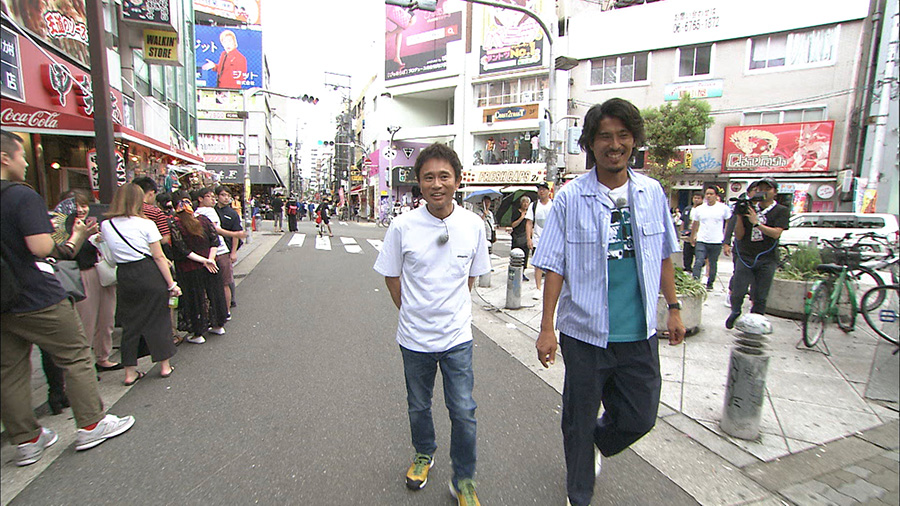 大阪・アメリカ村を歩く浜田と中澤 写真提供:MBS