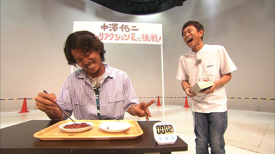 リアクション芸「ビリビリ小豆つかみ」に悶絶する中澤 写真提供:MBS