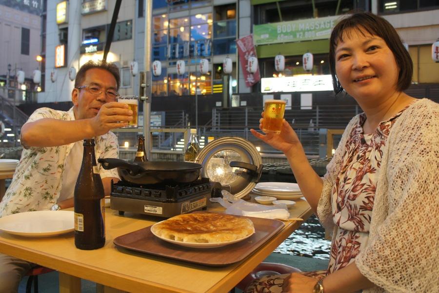「焼き方の指導をしてもらって、きれいに焼けてうれしい」と、開店直後に訪れたご夫婦(8日・大阪市内)
