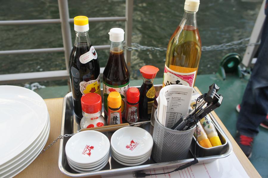 テーブルには、黒酢やポン酢などさまざまな調味料が用意されており、自分の好きな味付けでギョーザを楽しむことができる