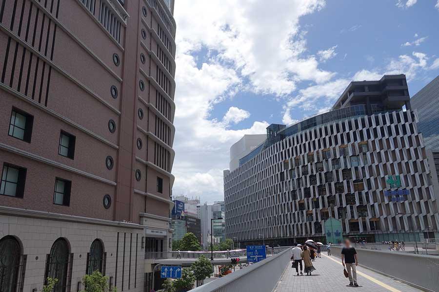 左から阪急うめだ本店、阪神梅田本店(14日撮影)