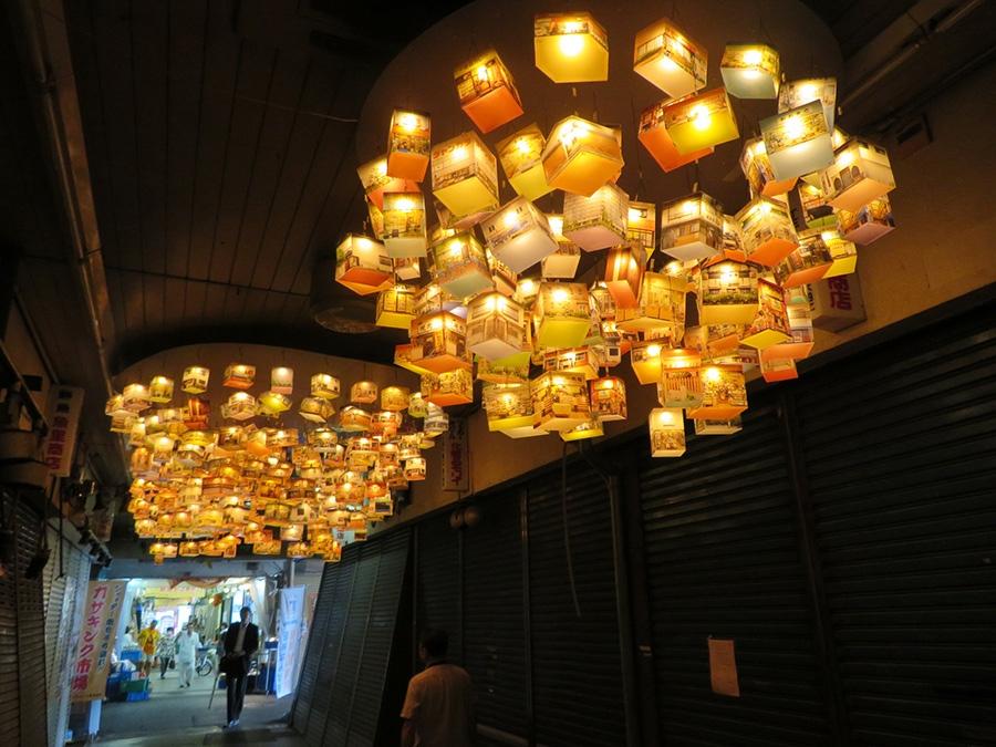 「三和市場」で展示されるのは、栗真由美『build crowd』。商店街に吊されたランタンの表面は、尼崎で取材した商店の画像