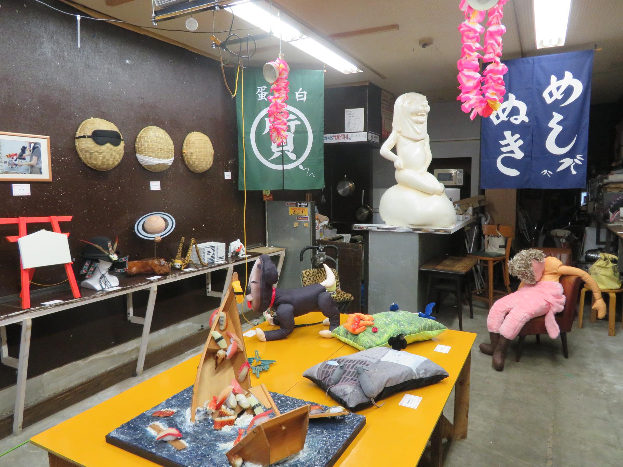 「三和市場」で展示の、現代美術二等兵『ファンシーゾーン尼ゾン』。作家は自らの作品を「駄美術」を称しており、芸術家生命をかけて「くだらなさ」を追求