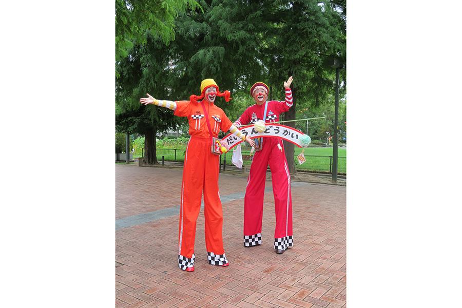「尼崎中央公園」では7組のパフォーマーによる大道芸などの演目が随時おこなわれる。スケジュールは現場の看板でチェックを。雨天の場合は会場を商店街に変更