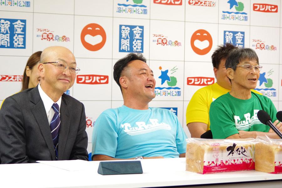 左から、会見に出席した吉本興業ホールディングスの田中宏幸副社長、たむらけんじ、間寛平