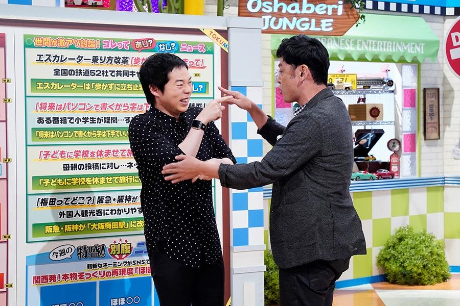 番組MCの今田耕司(左)とシャンプーハットてつじ © ytv