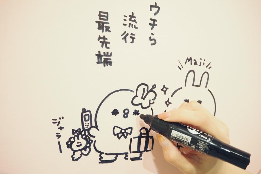大阪会場の壁にイラストを加えるカナヘイさん