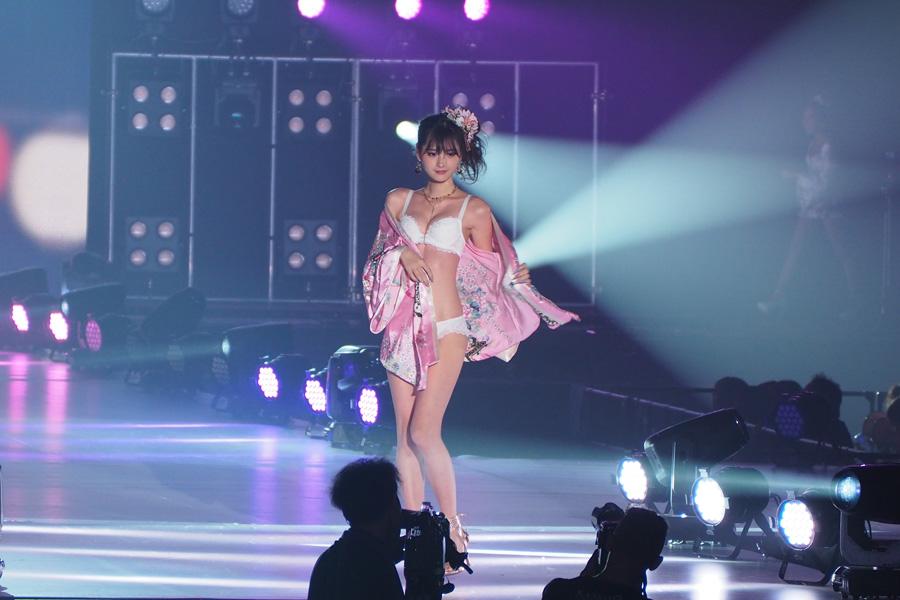 「Belletia PARIS」のステージに登場したmiu(27日・大阪市内)