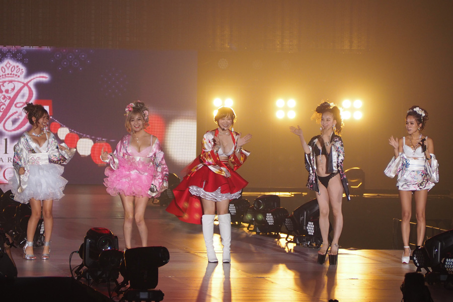 「Belletia PARIS」のステージに登場した手島優ら(27日・大阪市内)