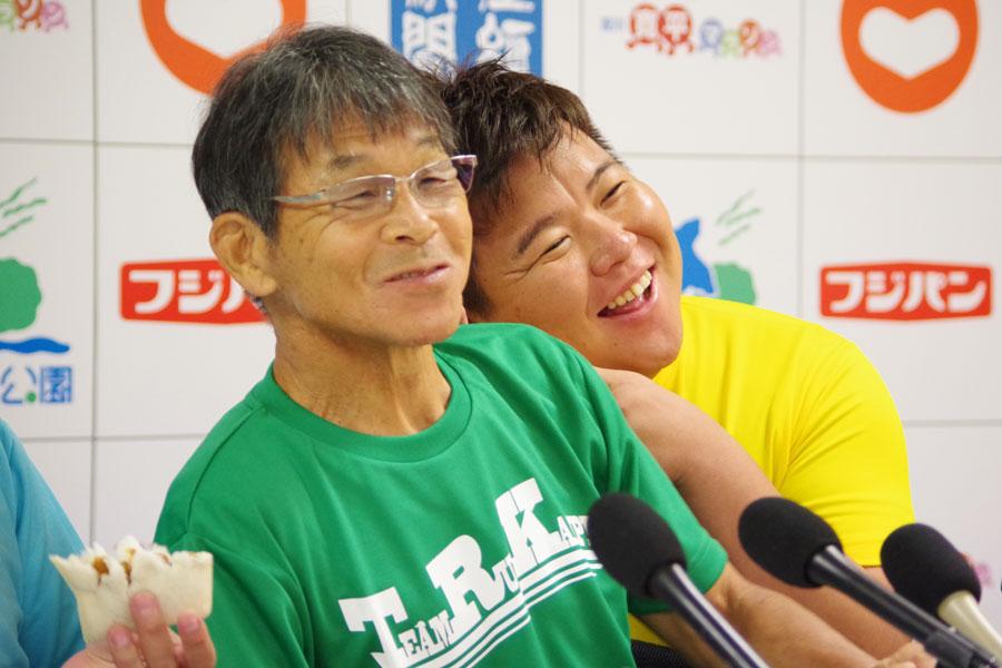 『淀川 寛平マラソン2020』の発表会見で仲の良い様子を見せる間寛平(左)とミサイルマン・西代洋(8月26日・吉本興業)