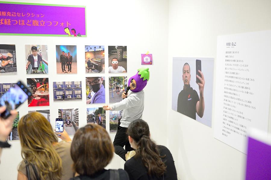 ギャラリー内の展示について、解説する天竺鼠・川原克己(29日・大阪市内)