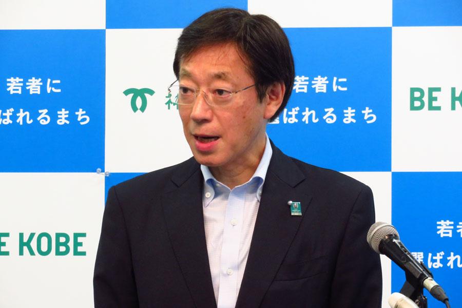 定例会見で神戸空港の新規路線就航について語った久元喜造市長(8月22日・神戸市役所)