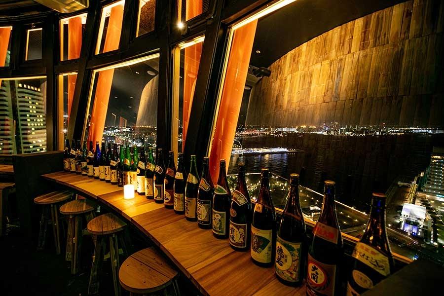 360度回転し、海と山の夜景が楽しめる神戸ポートタワーの「SAKE TARU LOUNGE」