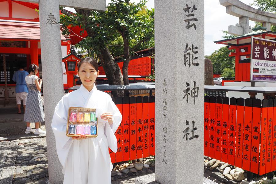 京都の神社で推し活お守り、参拝者良席祈る