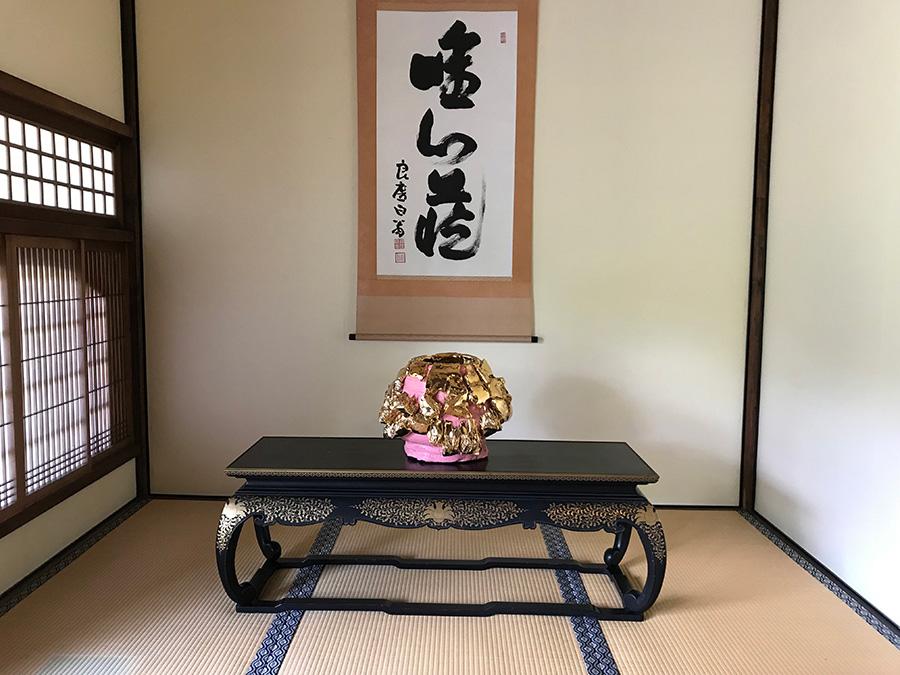 清水寺・成就院での展示の一部。掛け軸の前にもユニークな造形作品