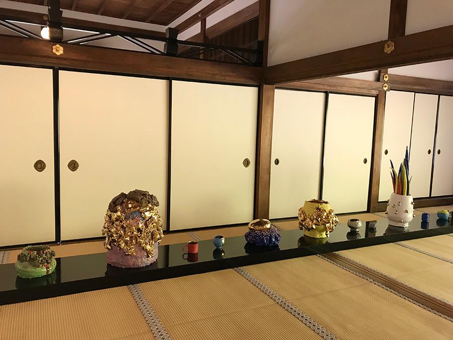 成就院では名庭をバックに、茶碗の本来の鑑賞ポジションである畳の上に、作品が展示される