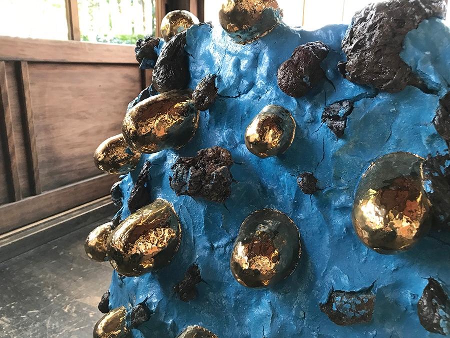 土の中の石が自然に飛び出してできた突起「石爆」は茶碗の見どころとされるが、桑田の作品ではそれを強調してパワフルな表現に