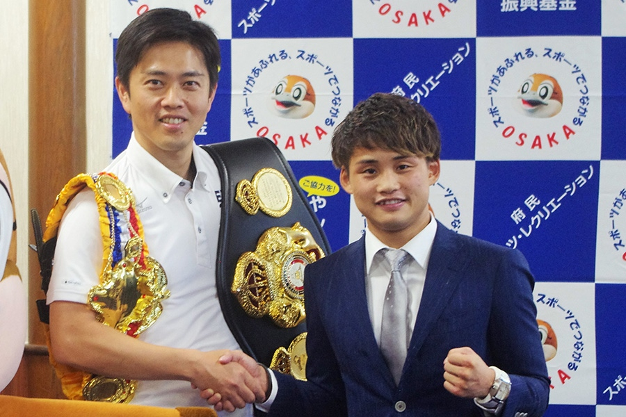 大阪府の吉村洋文知事(左)とスーツ姿の京口紘人選手(8日・大阪府庁)