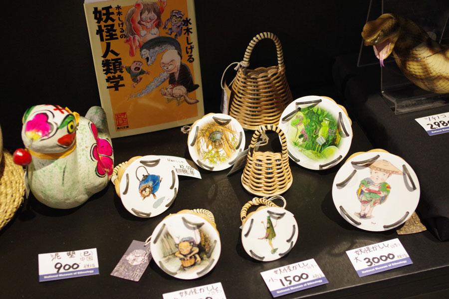 渡辺亮デザインの楽器・カシシ。妖怪・小豆洗いが描かれたものも