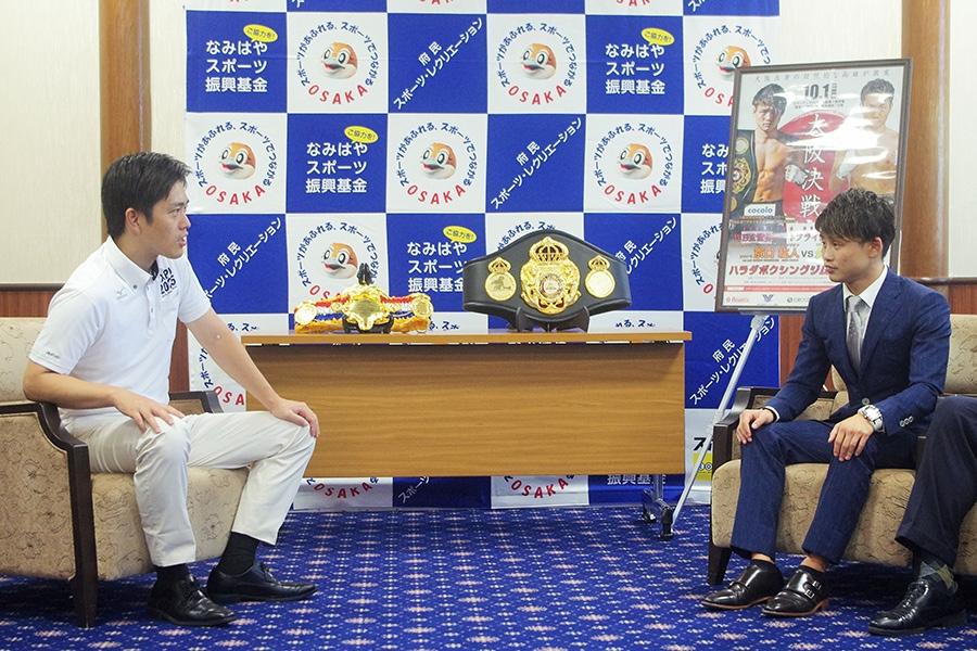大阪府・吉村洋文知事(左)を表敬訪問した京口紘人選手(8日・大阪府庁)