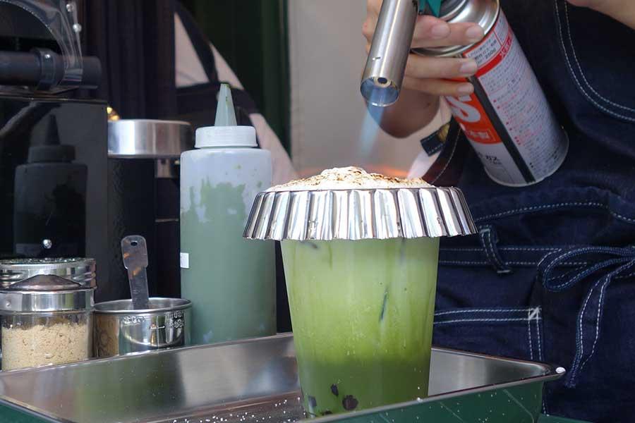 焼きブリュレ抹茶ラテはホイップクリーム上の砂糖をバーナーで炙って、ブリュレ状態に