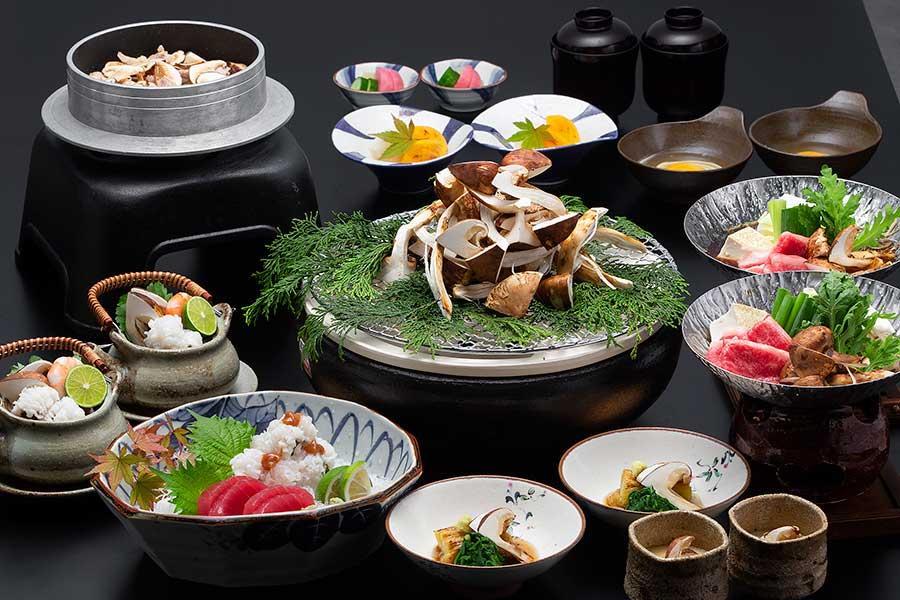 「秋の彩り 松茸会席」、フリードリンクは+2000円