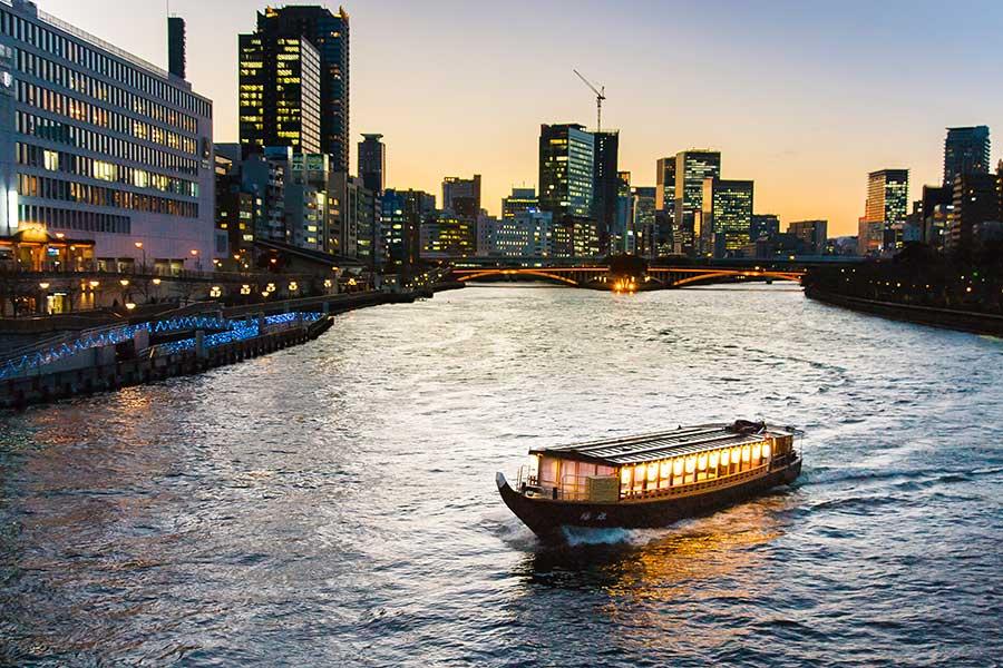 大川をクルーズする屋形船「陽雅」は最大52人乗船可。カラオケも無料で利用できる