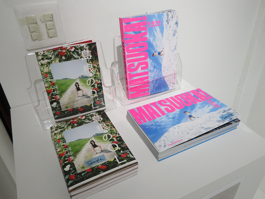 南阿沙美の写真集『MATSUOKA!』と『島根のOL』。会場で購入できる