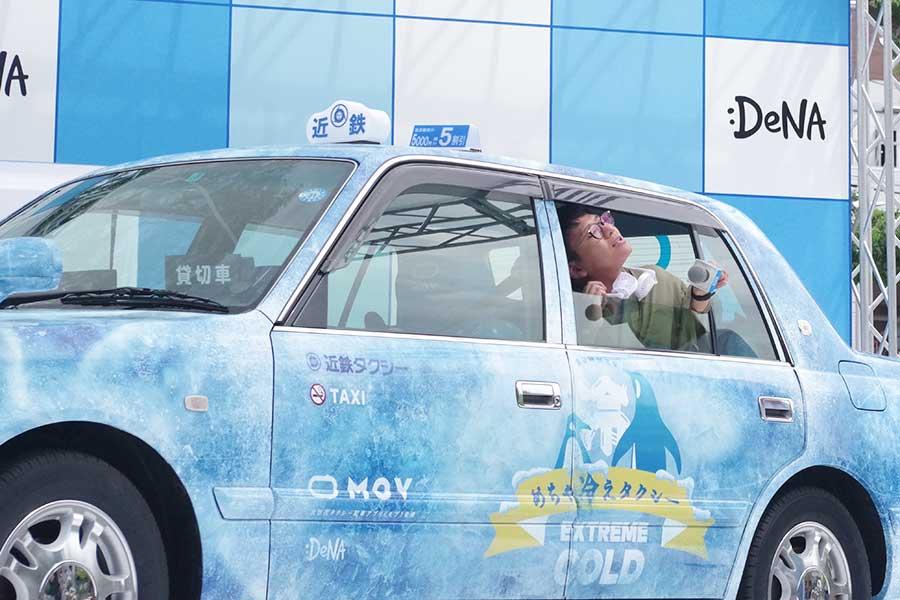 『めちゃ冷えタクシー』に準備されたグッズを披露する亜生