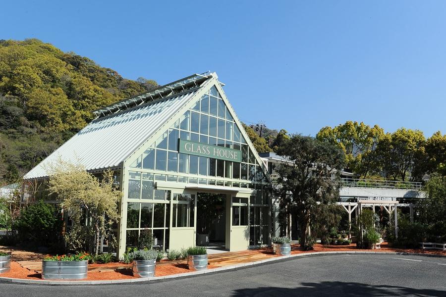 緑と光につつまれたガラス張りの温室「GLASS HOUSE」