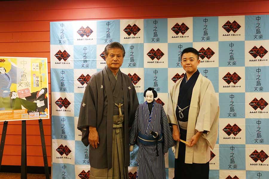 左から、人形遣いの吉田玉男、桂吉坊
