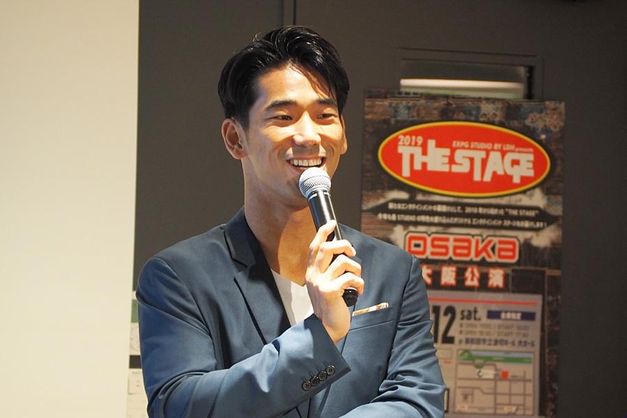学生たちがリラックスできるよう、笑いを交えてトークをおこなった小林直己(9日・大阪市内)