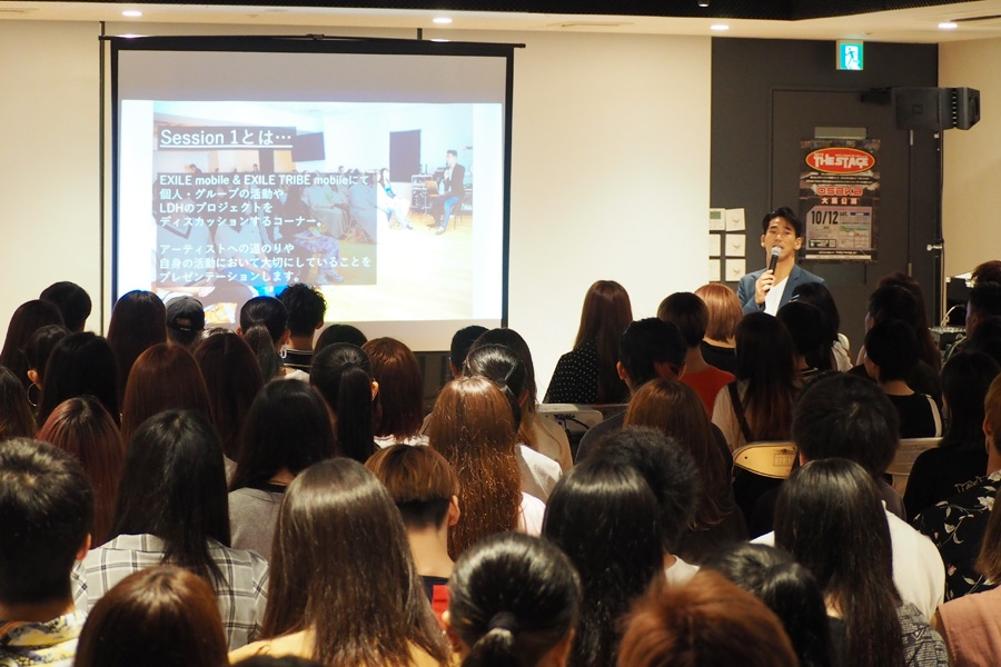 自らパワーポイントで作成したという資料を見せながらトークを進める小林直己(9日・大阪市内)