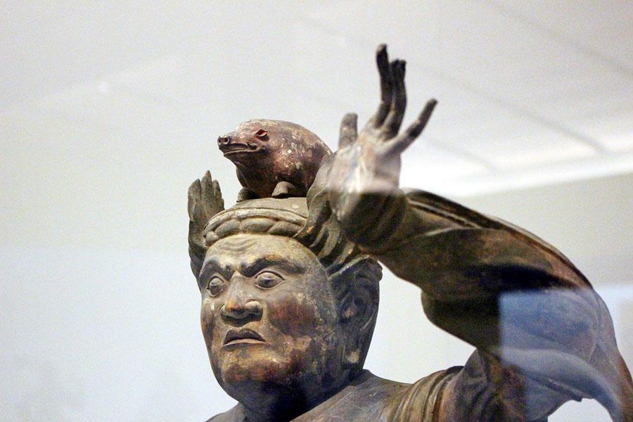 注目の「十二神将」より、今年の干支であるイノシシが頭部と腹部に表わされた亥神像