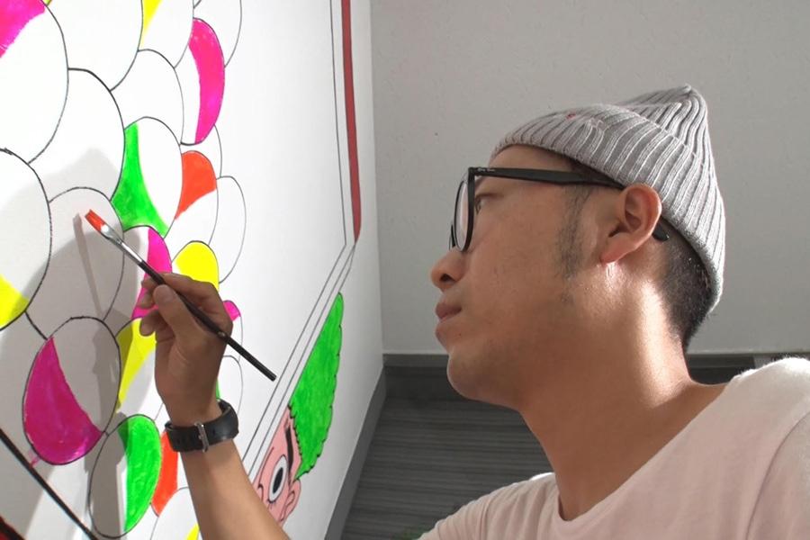 ポップな色彩感覚は、アニメの彩色のアルバイトをしていたという母の文子さんの影響だというアキナ秋山(写真提供:MBS)