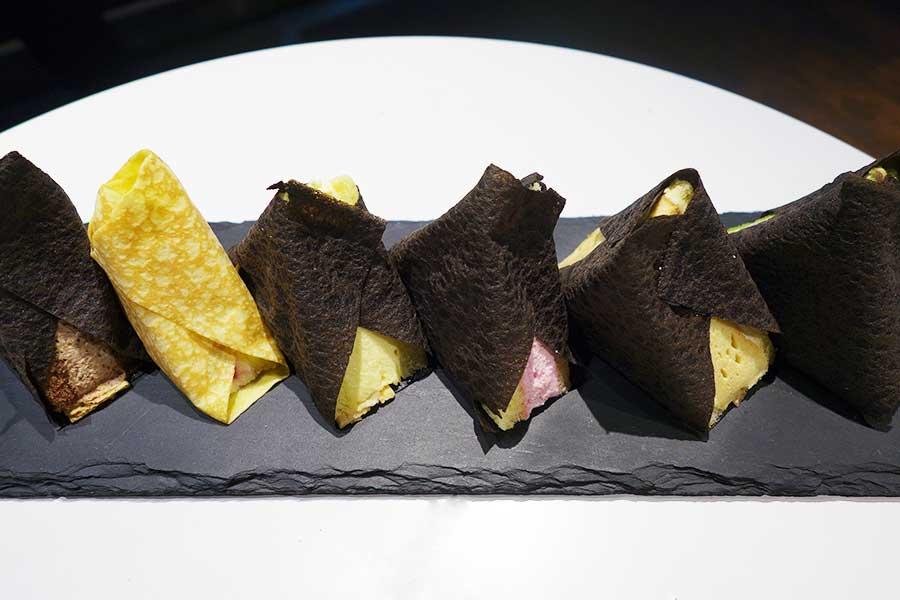 左からショコラ、チーズケーキ、グレープフルーツ、ストロベリー、アールグレイ、抹茶。一部の商品にはアクセントにパイ生地を使用。チーズケーキのみ、オムライスのおむすびを意識してプレーンのクレープ生地