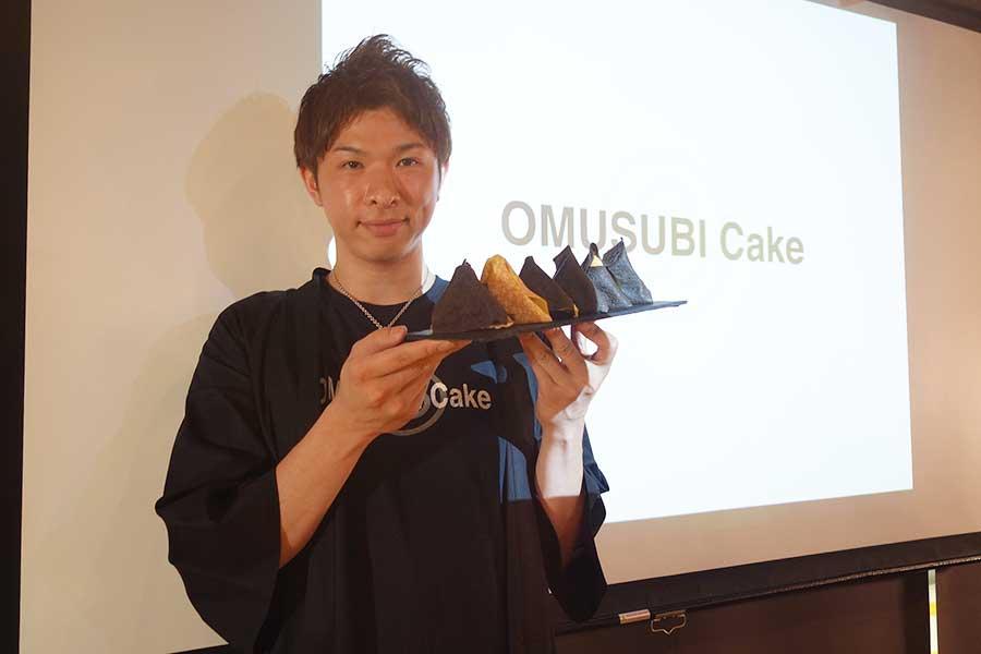 次々とインパクト大なスイーツを開発する、斎藤実さん。6種のうち1種のみ、オムライス型おむすびを意識して通常のクレープ生地