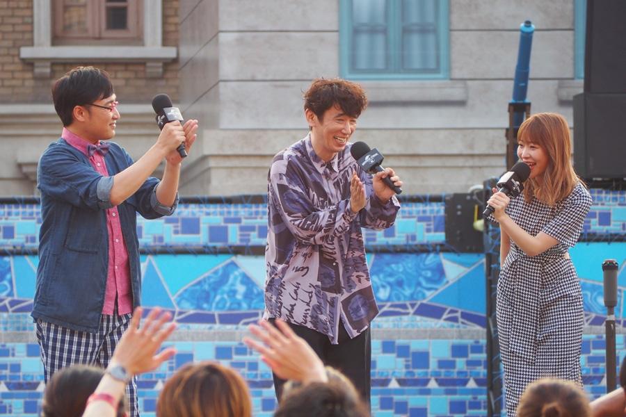 サプライズで登場した(左から)山里亮太、ユースケ・サンタマリア、指原莉乃(1日・大阪市内)