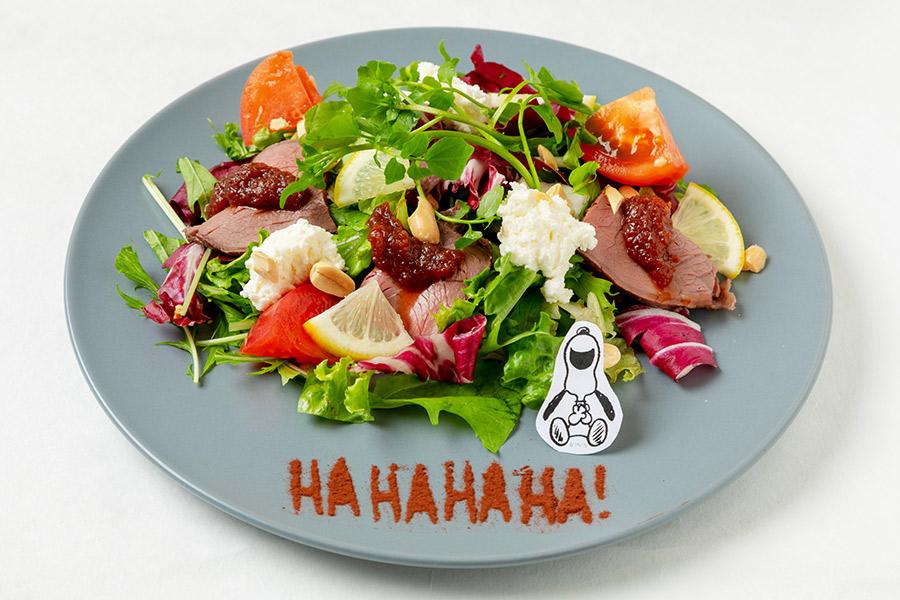 PEANUTS GYMのHAHAHA!!ローストビーフサラダ(1380円)