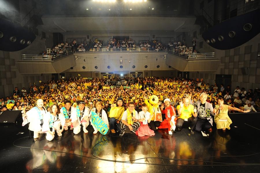 『パインアメEXPO 2019』に出演したポセイドン・石川(左から6人目)ら(8日・大阪市内)