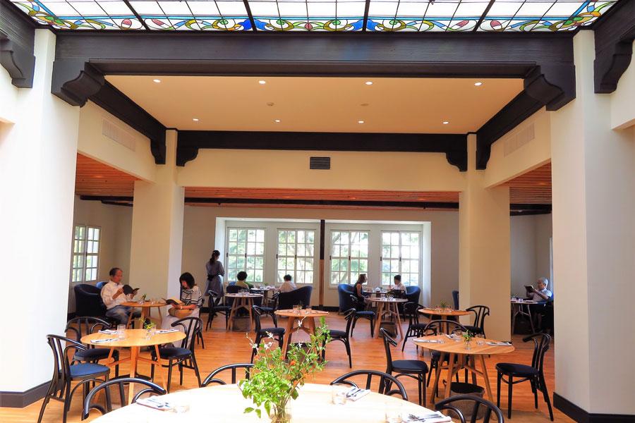 天井が高く開放的で、ステンドグラスが美しい旧館2階のカフェテリア