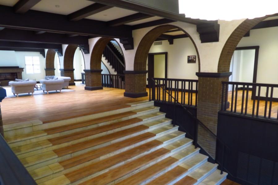 入口で訪問者を迎えてくれる、『六甲サイレンスリゾート』の立派な階段