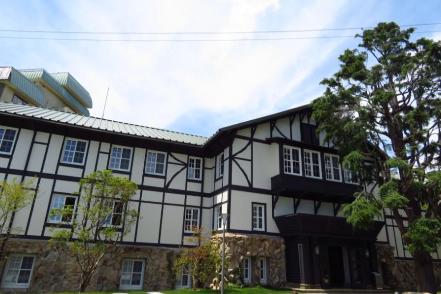 修復され、『六甲サイレンスリゾート』としてオープンした旧六甲山ホテル旧館。左奥の本館は今後解体され、宿泊施設が新設される