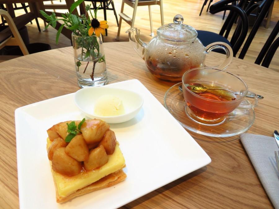 旧六甲山ホテルの名物をアレンジした「六甲アップルパイ バニラアイス添え」(1200円・税別)