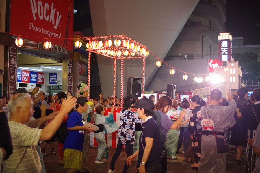 大勢の人で賑わった『新世界盆踊りー新世界 DE 踊りまSHOWー』(8月21日・通天閣)