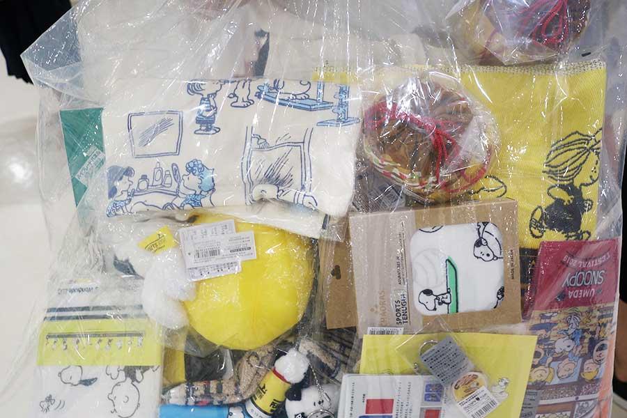 9階の催場にて、たくさんの商品を買い込んだ女性(大阪市)。「おそらく半日以上はここで過ごします」と楽しんでいた