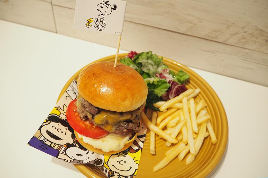 イベント限定のハンバーガーショップで食べられる「ダブルチーズバーガー」(サラダ、ポテト付き)1500円